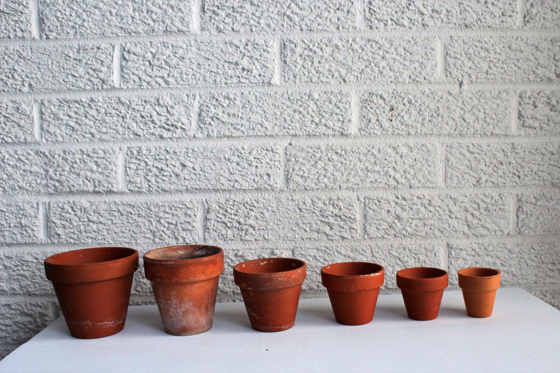 ascending sizes of pots
